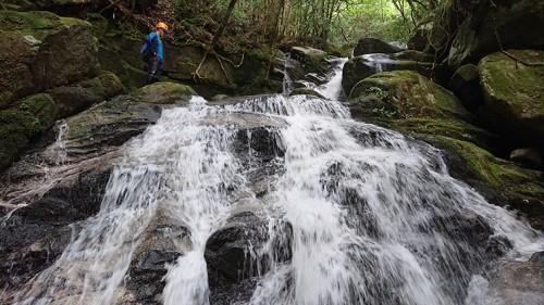 滝を越える。水量は多い。
