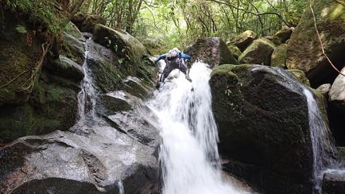 滝を越える。流れが強く足が浮く。