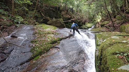 斜滝を越える。