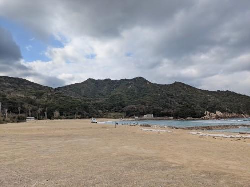 立石山北側の浜より全景