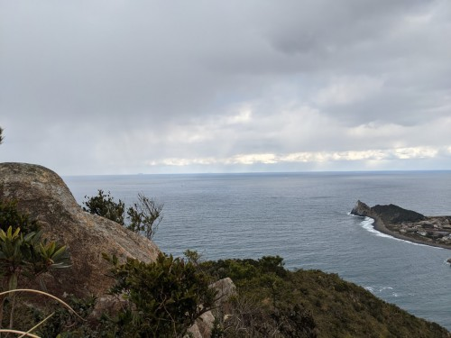 遠くに沖ノ島の島影が見える