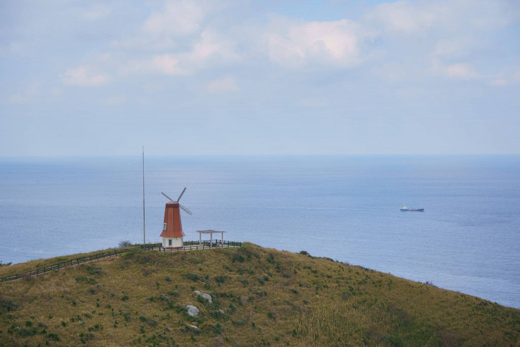 砲台跡より風車、沖ノ島を望む