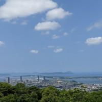 梅雨の晴れ間の三日月山、山頂からは福岡市街と博多湾が見渡せる。